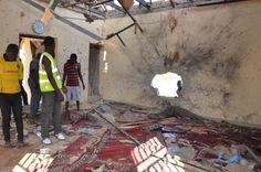 ナイジェリア北東部マイドゥグリで、爆発で被害を受けたモスクを調べる人々=23日(AP=共同) ▼24Oct2015共同通信| ナイジェリア北東部で爆発相次ぐ 55人死亡 http://www.47news.jp/CN/201510/CN2015102401001165.html