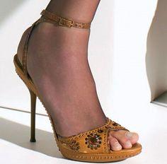 @elzingakousen Wat een uitvinding deze teenloze panty! Onderaan je voet wordt de panty op haar plaats gehouden door een onzichtbaar bandje naast de grote teen. Nu kun je eindelijk ook 'peeptoe' schoenen als het wat frisser is of als de dresscode een panty voorschrijft. Handig! #peeptoe #shoes #instashoes #instalegs #legwear #panty #kousen #voeten #elzingakousen #twente #hengelo #enschede #haverstraatpassage