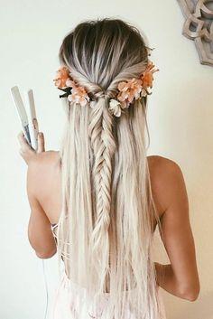 schone-haarfrisuren-lange-glatte-blonde-haare-blumen-zopf-kleid-madchen
