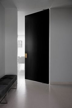 A strong collaboration between the owner, interior architect Erjan Borren and Vonder produced this elegant house in the style of a public official's home. Internal Doors Modern, Modern Door, Pivot Doors, Sliding Doors, Interior And Exterior, Interior Design, Japanese Interior, Black Doors, Space Architecture