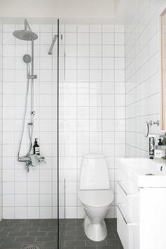 Home tour: How to use a window wall as room divider – Kreavilla Glass Bathroom, Diy Bathroom Decor, Basement Bathroom, Washroom, Small Apartment Design, Apartment Interior Design, Interior Decorating, Small Wet Room, Kitchen Window Shelves