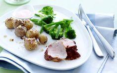 Et fuldendt måltid med masser af smagskomponenter. Marineret svinemørbrad i ovn med stegte kartofler er perfekt til en lækker weekendmiddag!