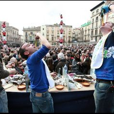 Catalaanse keuken Feesten van de Calçots!  Deze vinden alleen tijdens de wintermaanden plaats, omdat de stengelui of calçot dan pas uit de grond wordt gehaald. Zo'n ui-barbecue noemt men in Catalonië een calçotada. http://www.soladore.nl/