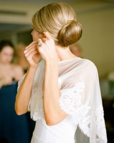 Obsessed with this bride's capelet--perfect for a winter #wedding
