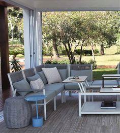 A linha de cadeiras Bora Bora, da Tidelli, disponível na Axis, permite várias montagens e disposições, de acordo com a composição dos módulos. O resultado é dinâmico, funcional e incrível!! #cadeira #móvel #design #mobiliário #cadeiras #varanda