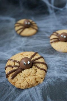 // Halloween Peanut Butter Spider Cookies Recipe - quick and easy to make. Halloween Finger Foods, Halloween Food For Party, Cupcakes, Halloween Torte, Kids Food Crafts, Spider Cookies, Mini Chocolate Chips, Candy Apples, World Recipes