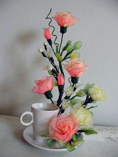 Handmade Pequeño melocotón y crema Rosas Blancas con Blanco Pot de cerámica