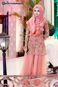 girl On bouncing Early morning BooBers be a bouncing hot women Wedding Hijab Styles, Pakistani Wedding Outfits, Pakistani Dresses Casual, Pakistani Dress Design, Indian Dresses, Designer Party Wear Dresses, Indian Designer Outfits, Designer Wear, Party Dresses