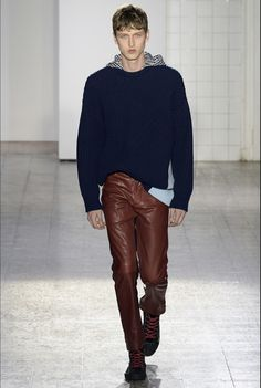 Cédric Charlier Fall 2017 Ready-to-Wear Collection Photos - Vogue Leather Jeans Men, Leather Trousers, Black Leather, Casual Wear, Casual Outfits, Men Casual, Vogue Paris, Hommes Sexy, Fashion Show Collection