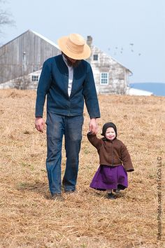 Amish father and daughter, photo by Bill Coleman Amish Pie, Amish Farm, Amish Country, Country Life, Ontario, Church Fellowship, Amish Family, Vie Simple, Amish Culture