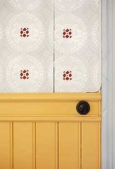 snyggt panelslut Swedish Wallpaper, Decorating Your Home, Interior Decorating, Swedish Style, Soothing Colors, Small Places, Beautiful Wall, Decoration, Old And New
