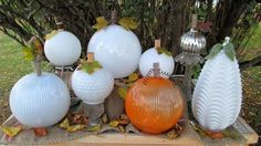 Piling up a pack of pumpkins.Making pumpkins from discarded glass globes. Holidays Halloween, Halloween Crafts, Halloween Decorations, Halloween Boo, Halloween Ideas, Glass Light Globes, Glass Globe, Diy Craft Projects, Diy Crafts