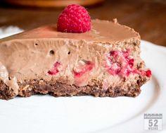 Syntisen hyvä, vadelma-suklaajuustokakku on ensikertalaisenkin helppo valmistaa ja maistuu taivaalliselta yön yli jääkaapissa lepäiltyään. #vadelma #suklaa #juustokakku