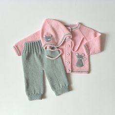 PInk and grey baby set knit baby outfit light pink baby set with gray mice MADE TO ORDER Rosa und grau Baby set stricken Baby Outfit Licht Rosa Baby - Cute Adorable Baby Outfits Classic Outfits, Retro Outfits, Kids Outfits, Knitted Baby Outfits, Newborn Outfits, Crochet Outfits, Cardigan Bebe, Baby Cardigan, Baby Set