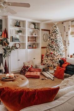 How to work out a personalized holiday menu - HomeCNB Christmas Living Rooms, Christmas Room, Cozy Christmas, Outdoor Christmas, Christmas Salon, Bohemian Christmas, Farmhouse Christmas Decor, Country Christmas, Christmas Decorations