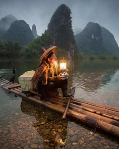 Se você for paciente em um momento de raiva se livrará de cem anos de pesar. -- provérbio chinês  Foto: tradicional pescador com cormorão de Guangxi interior da china.