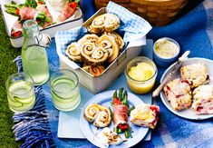 Al fresco food and drink for sunny days, including pastry, Scotch eggs, cakes, bakes and salads. Healthy Picnic, Picnic Foods, Posh Picnic Food, Healthy Food, Kids Meals, Easy Meals, Bbc Good Food Recipes, Keto Recipes, Healthy Recipes