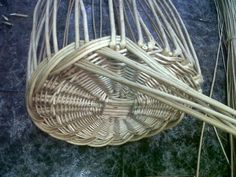 Really attractive base edging. I wonder how strong it is compared with a lock down wale though . Newspaper Basket, Newspaper Crafts, Paper Weaving, Weaving Art, Willow Weaving, Basket Weaving, Hobbies And Crafts, Diy And Crafts, Traditional Baskets