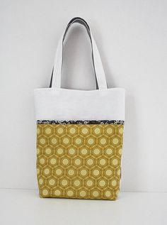 Okergele tas, met bloemen, 20,-