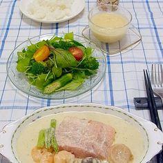 続き クリームソースの隠し味はアンチョビです。 カロリーの高いものは口に美味しい(*^^*) たまにはこんなイタリアンもいいよね(^o^)/ 今日も美味しかった! - 23件のもぐもぐ - 今晩は、サーモンとホタテのクリームソース 海老 アスパラガス マッシュルーム、リーフサラダ オクラ ブロッコリー ミニトマト、じゃがいもの冷製スープ、ライス 今日はクロスをガラッと変えて可愛くイタリアン。 サーモンとホタテのはミディアム仕上げなので、ソテーと生のダブルの美味しさ! クリームソースの隠し味はアンチョビで by akazawa3