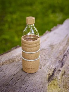 The trendy, practical Lagoena water bottle was developed specifically for on-the-go. With a capacity of 0.5 liter  and with a tightly-sealing wooden lid it fits all popular bottle-carriers/holders. A precisely-fitted shell of natural cork protects the bottle against shock. This non-slip covering feels wonderful in your hand and can be removed for cleaning with a few flicks of the wrist.  The design according the golden ratio and the flower of life revitalize the water.