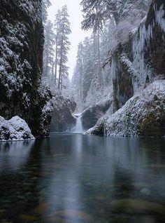 Eagle Creek Gorge, Punchbowl Falls, Oregon.