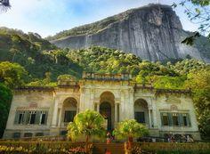 """""""Cariocas são bacanas.""""- #Parquelage #Rio de Janeiro. Meu parque preferido  .  Esse parque nem sempre é lembrado mas é tão incrível que se tornou meu preferido assim que entrei nele! Tem uma cara imperial e romântica que faz todo sentido dada sua história de fundação. O parque faz parte da floresta da tijuca e está aos pés do corcovado esse morro aí ao fundo da foto. Dentro dele estão um aquário uma """"caverna"""" torre e a escola de artes visuais. É lindo ou nao é?!"""