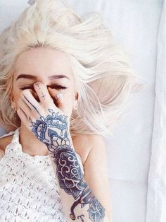 Despite the fact that hand tattoos are very painful to get inked, their popularity is still rising day by day. This can be attributed to celebrities endorsing such tattoos by bearing them. - Part 3 Hot Tattoos, Girl Tattoos, Sleeve Tattoos, Tatoos, Piercings, Piercing Tattoo, Mehndi, Hot Tattoo Girls, Tattoo Feminina