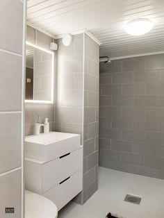 Kaunis harmaa kylpyhuone Bathroom Flooring, Alcove, Bathroom Lighting, Toilet, New Homes, Bathtub, Mirror, House Styles, Furniture