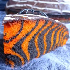 Gâteau d'Halloween facile (zebra cake)You can find Recette halloween and more on our website.Gâteau d'Halloween facile (zebra cake) Halloween Desserts, Easy Halloween, Halloween Treats, Halloween Party, Halloween 2020, Halloween Stuff, Halloween Orange, Halloween Buffet Table, Bricolage Halloween