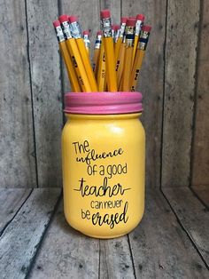 Teacher Appreciation Gifts 2019 - Hand painted pencil inspired pint size mason jar is the perfect end of school gi. You are in the right place about DIY Gifts for home . Mason Jar Crafts, Mason Jar Diy, Crafts With Mason Jars, Mason Jar Cups, Mason Jar Projects, Diy Cadeau Maitresse, Teacher Appreciation Gifts, Teacher Presents, Good Gifts For Teachers