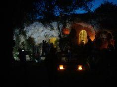 Visita guidata notturna a #lamadantico. L'ingresso della chiesa s'illumina maestosamente!