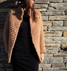 This is my Christmas gift for you DIY We Are Knitters Wool Jacket. Sweater Knitting Patterns, Knitted Poncho, Crochet Patterns, Knitting Sweaters, Crochet Doily Rug, Knit Crochet, Crochet Block Stitch, Patchwork Fabric, Knit Fashion