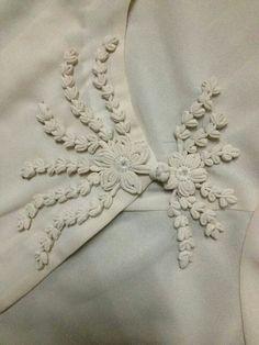 Handmade button Embroidery Applique, Floral Embroidery, Embroidery Patterns, Sewing Art, Sewing Crafts, Fabric Manipulation Techniques, Flower Button, Dress Neck Designs, Diy Buttons