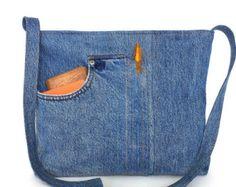 Jai récupéré une paire de jeans pantalon, avec un grand trou, dans un sac fourre-tout beau, spacieux et durable. Patch écusson brodé est la première partie de laccrocheur de ce sac dépaule. Il a un fond vert kaki et la combinaison de la broderie à la main et machine dans un motif circulaire. Jai fait ce patch pour couvrir le trou de la culotte Ce sac est de couleur bleu moyen, entièrement doublé avec un coton imprimé en rouge et blanc et 2 poches. Un clin doeil magnétique maintient…