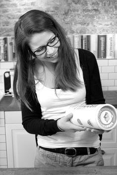 Lilly (Trainee Marketing) kann sich einfach nicht entscheiden. Warum nicht jeden Tag ein anderes Müsli probieren? Lilly (Trainee Marketing) can not decide which one is her favorite mix. Why not every day another try?