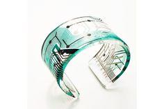 """「近代的でポップなアクセサリーだなぁ」と思って、よくよく見たら…! なんとコンピューターのプリント基板を使った指輪や腕輪ではありませんか。 """"未来""""からインスピレーションを受けてアーティスト活動をしているデザイナーPaula Miraiさんのジュエリーコレクション「Cirkuita」です。 基板にはさまざまな部品があり..."""