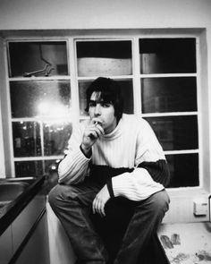 'Liam Gallagher' iPhone Case by Giftigheden Liam Gallagher Oasis, Noel Gallagher, Liam Gallagher 1994, Banda Oasis, Liam And Noel, Oasis Band, Band Photography, Britpop, Billy Joel