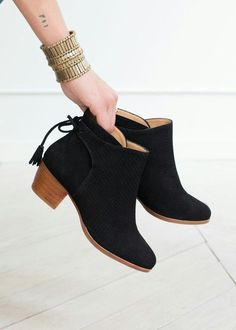 Farrow Pompons Ankle Boots // Fall Winter Collection Shoes - www sezane com # Heeled Boots, Bootie Boots, Shoe Boots, Ankle Boots, Shoes Heels, Pretty Shoes, Beautiful Shoes, Cute Shoes, Fashion Shoes