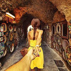 Murad Osmann est un photographe russe, il est à l'origine de cette sublime série baptisée « Follow me ».  Cette série est une plongée pleine de romantisme et de magie dans l'intimité du photographe et de sa petite amie durant leurs voyages autour du monde.  On ne voit jamais le visage de la fille mais il y a toujours la présence de cette main tendue qui nous emporte, un vrai coup de coeur.