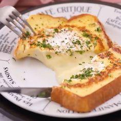 中からとろ〜り♡カマンベール贅沢フレンチトースト🍴 カマンベールチーズを丸ごと贅沢に使ったフレンチトースト🎵ナイフを入れると温かいチーズがとろ〜り♡ ちょっと珍しい、簡単絶品フレンチトーストです😍 . ■材料(1人分) ・食パン(6枚切り)…1枚 ・カマンベールチーズ…1個 ・卵…1個 ・牛乳…大さじ2 ・塩、こしょう…少々 ・バター…3g ・パセリ…適量 ・黒こしょう…適量 . ■手順 1. 食パンの真ん中にカマンベールチーズを置き、チーズの大きさに合わせて食パンを丸くくり抜く。パセリはみじん切りする。 2. ボウルに卵を溶きほぐし、牛乳、塩こしょうを加えて混ぜたら1の食パンの両面を浸す。 3. フライパンにバターを入れて中火で熱し、2の食パンを入れてくり抜いたところにカマンベールチーズを入れる。裏面がきつね色になるまで焼く。 4. 裏返して裏面がきつね色になるまで焼く。 5. 両面きつね色に焼けたら器に盛り、パセリ、黒こしょうをふったら、完成です♪ . ■ Material (for one person) · Bread (6 pieces cut) 1…