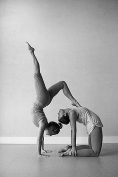 5 fun partner yoga poses to build trust and communication . - 5 fun partner yoga poses to build trust and communication # to build - Yoga Meditation, Yoga Bewegungen, Yoga Pilates, Yoga Art, Yin Yoga, Pilates Poses, Namaste Yoga, Kundalini Yoga, Pilates Reformer