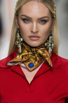 Versace at Milan Fashion Week Spring 2018 - Details Runway Photos Ways To Wear A Scarf, How To Wear Scarves, Silk Neck Scarf, Scarf Knots, Runway Hair, Neck Scarves, Fashion Show, Milan Fashion, 1950s Fashion