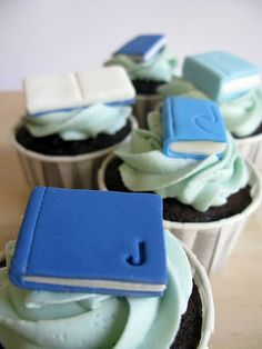 A Baked Creation: Joanna and Julian - fondant book cupcake topper tutorial School Cupcakes, Book Cupcakes, Cupcake Cookies, Fondant Toppers, Cupcake Toppers, Cupcake Ideas, Cake Decorating Tutorials, Cookie Decorating, Fondant Decorations