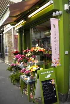 Au nom de la rose - French florist with petals on the ground in front of the store - simply beautiful