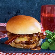 Double-Bacon Burgers with Maple-Worcestershire Onions - Rachael Ray In Season Burger Sides, My Burger, Good Burger, Burger Mania, Gourmet Burgers, Beef Burgers, Burger Recipes, Meat Recipes, Recipies
