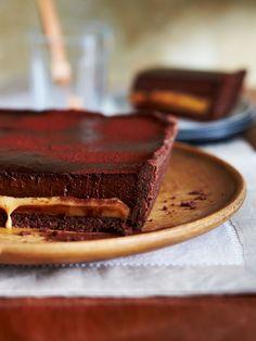 Unter fluffiger Mousse au Chocolat verborgen sorgt ein süßer Backtrick für Überraschung: zu Toffeecreme eingekochte gezuckerte Dosenmilch. Einfach gut!