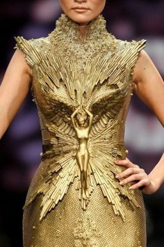 amazing golden armour like avant garde couture dress in gold Tex Saverio.seriously, take a close look! This is flipping AMAZING.My goodness Couture Fashion, Runway Fashion, Fashion Art, High Fashion, Fashion Design, Dress Fashion, Fashion Spring, Gold Fashion, Trendy Fashion