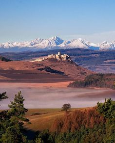 Spišský hrad 🕍 v pozadí Vysoké Tatry 🍂🍁🏔️ Autor foto: Tomas Sentpetery What A Beautiful World, Mountains, Nature, Travel, Author, Naturaleza, Viajes, Destinations, Traveling