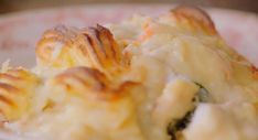 Jamie Oliver posh fish pie with lobster and creamy prosecco sauce recipe on Jamie and Jimmy's Friday Night Feast Sauce Recipes, Fish Recipes, Seafood Recipes, Recipies, Fish Pie Jamie Oliver, Creamy Fish Pie, Friday Night Feast, Food Network Recipes, Cooking Recipes